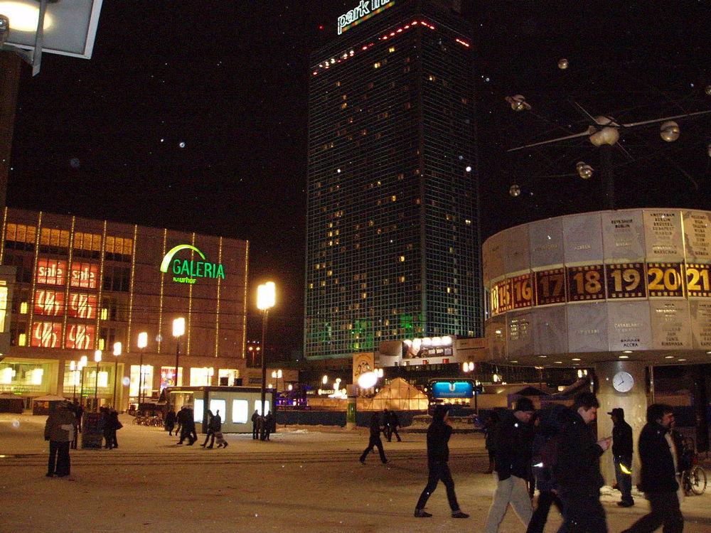 2009_Alexanderplatz, Weltzeituhr, Treff für Verliebte beim ersten Date ;-) by Marjanna