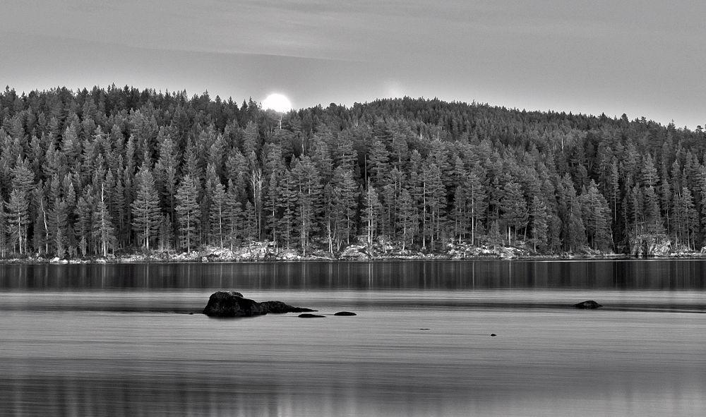 Moonrise black/white by henrikhenrikhansson