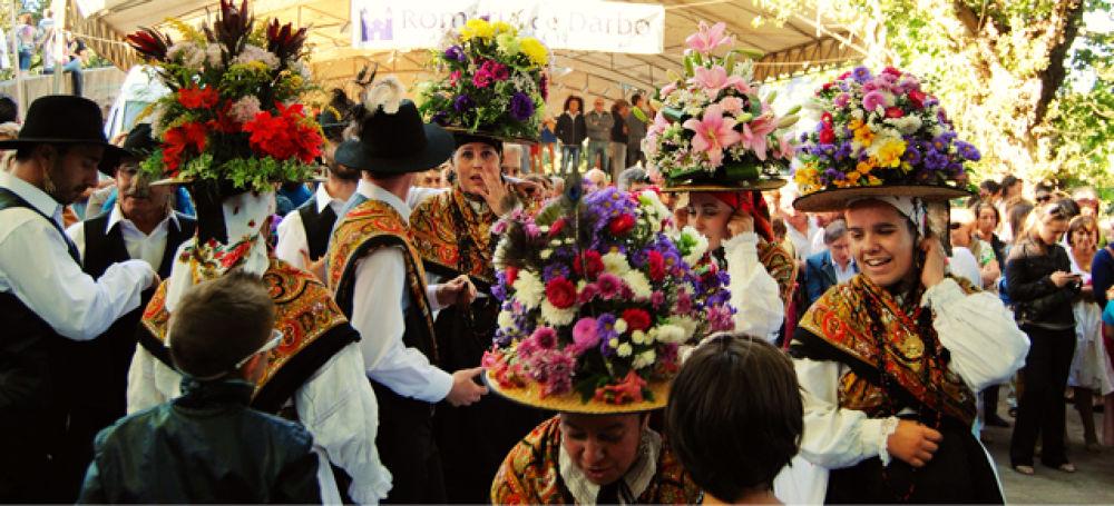 Sombreros de mujeres del baile ancestral (XVII) de Darbo. Cangas. Pontevedra Galicia   by xosebangueses