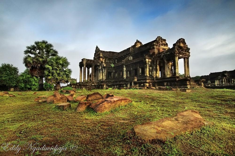 Angkor Wat by eddyngadiwidjaja