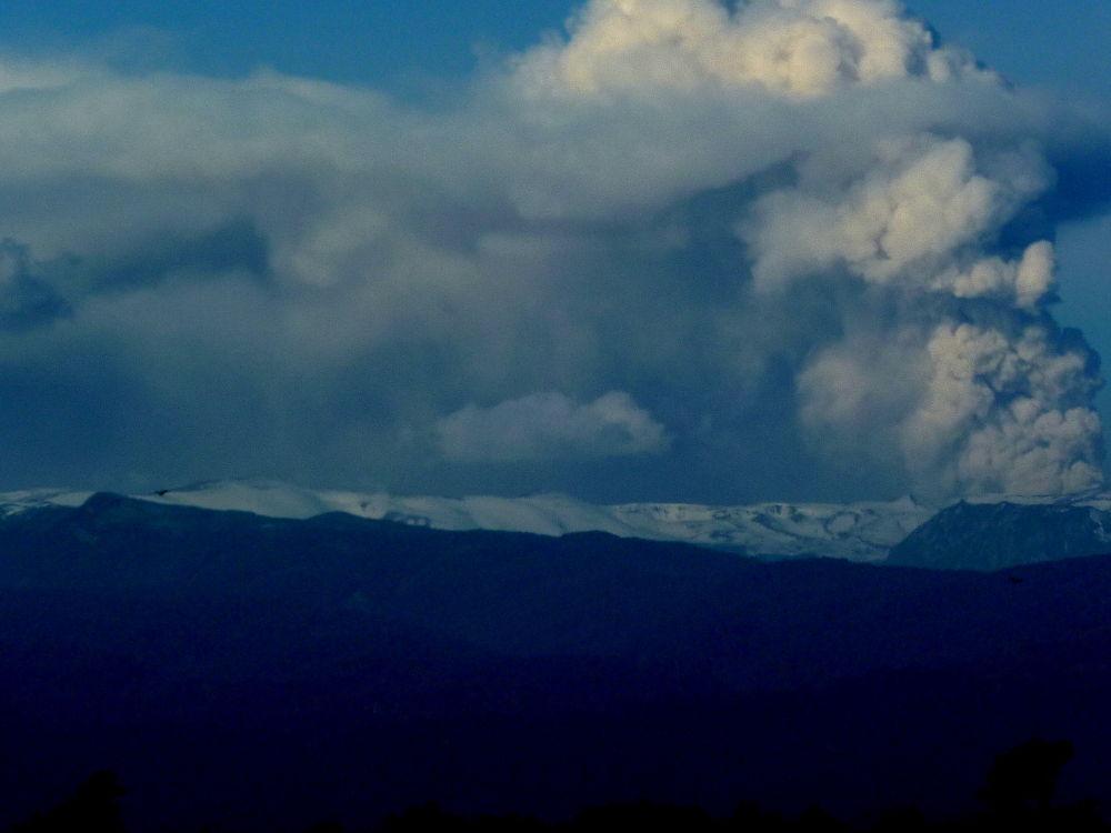Volcán Puyehue en erupción . by marisabelcaferri