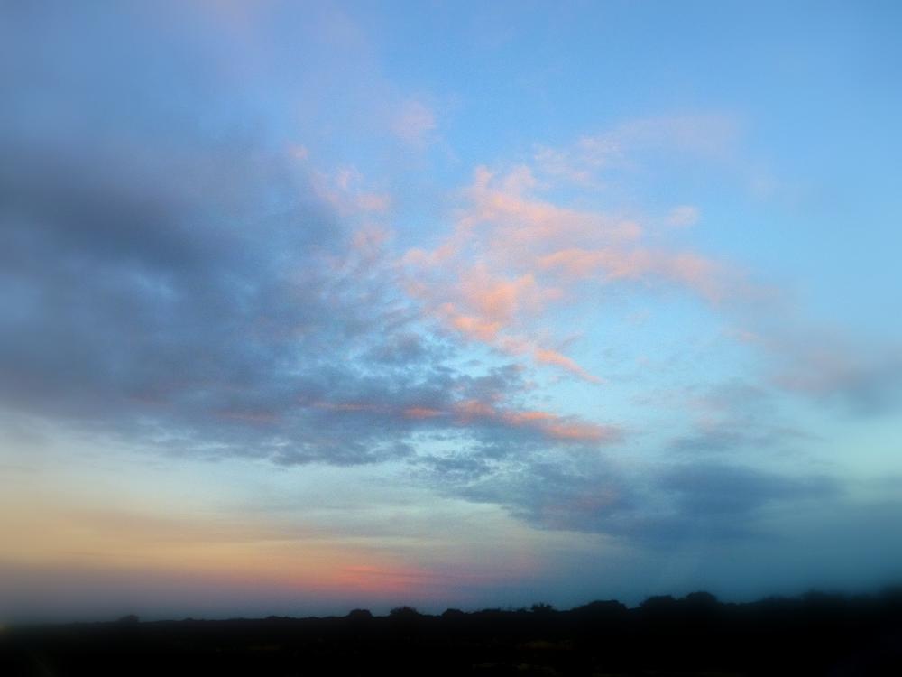 Ultimos rayos del sol ,iluminan el cielo. by marisabelcaferri