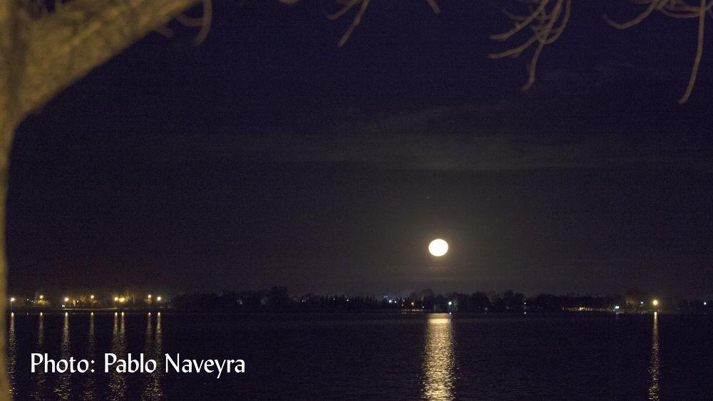 luna saliendo by Pablo Naveyra