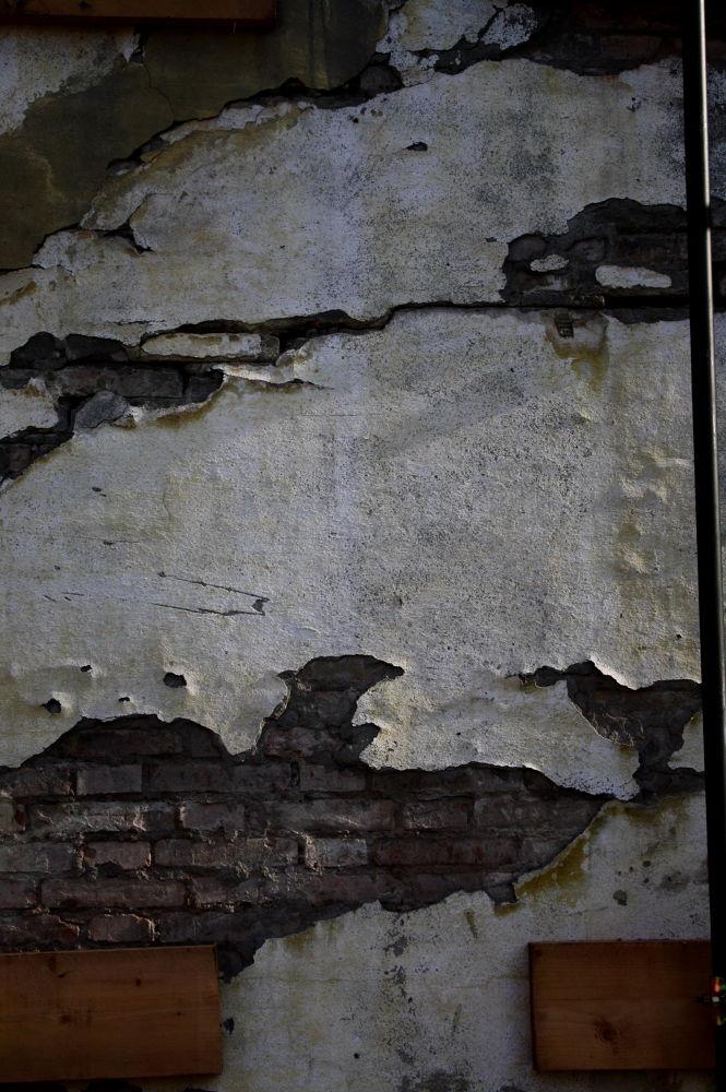 particolare del muro della vecchia caserma by marionapoletti49