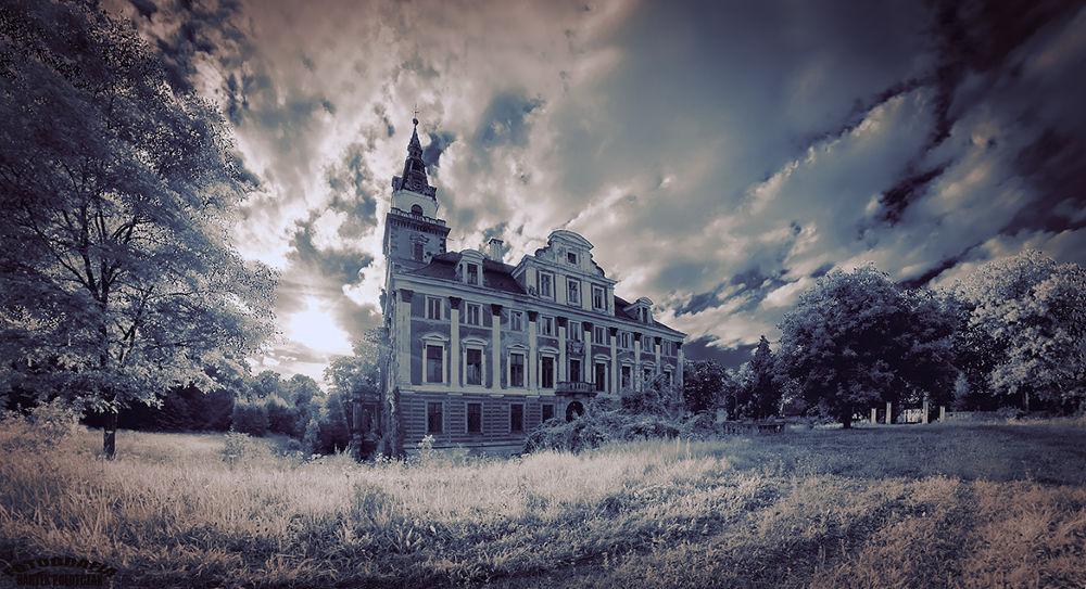 abandoned palace by Bartek Połotczak