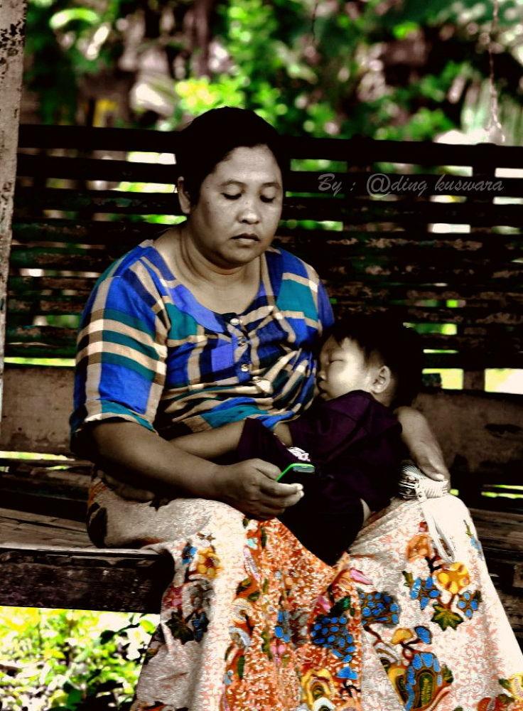 mom with handphone by ading kuswara