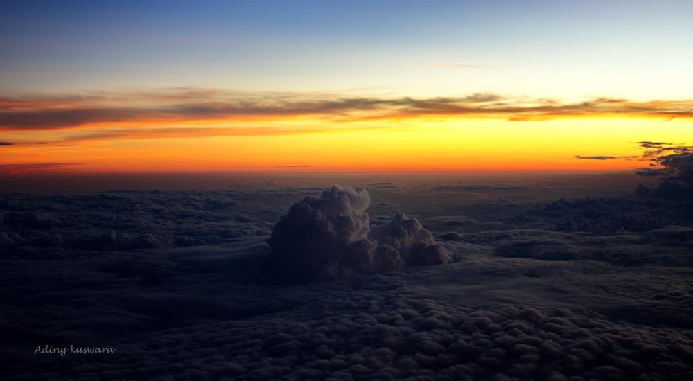 Gumpalan awan di atas batas cakrawala by ading kuswara