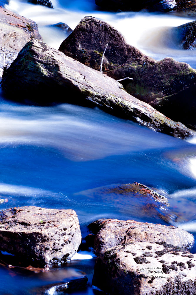 Flowing water by tommytechno