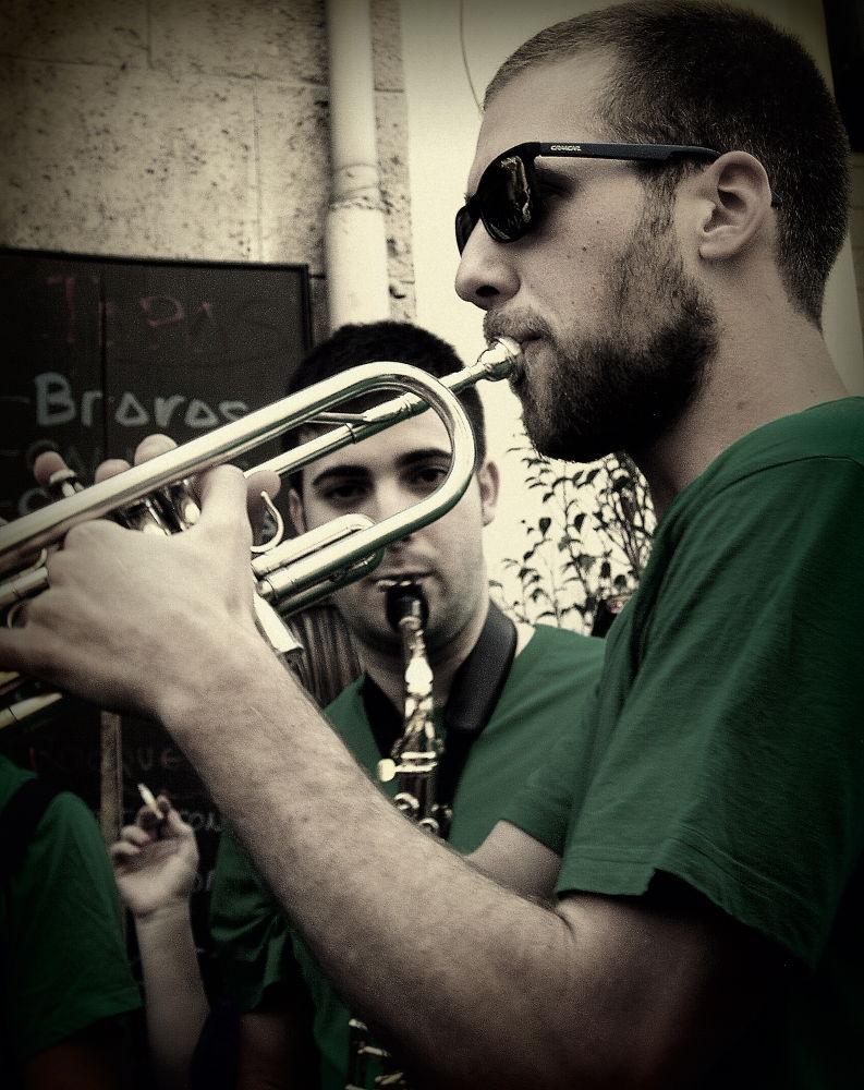 ojos y trompeta (color) by javiercolominalopez