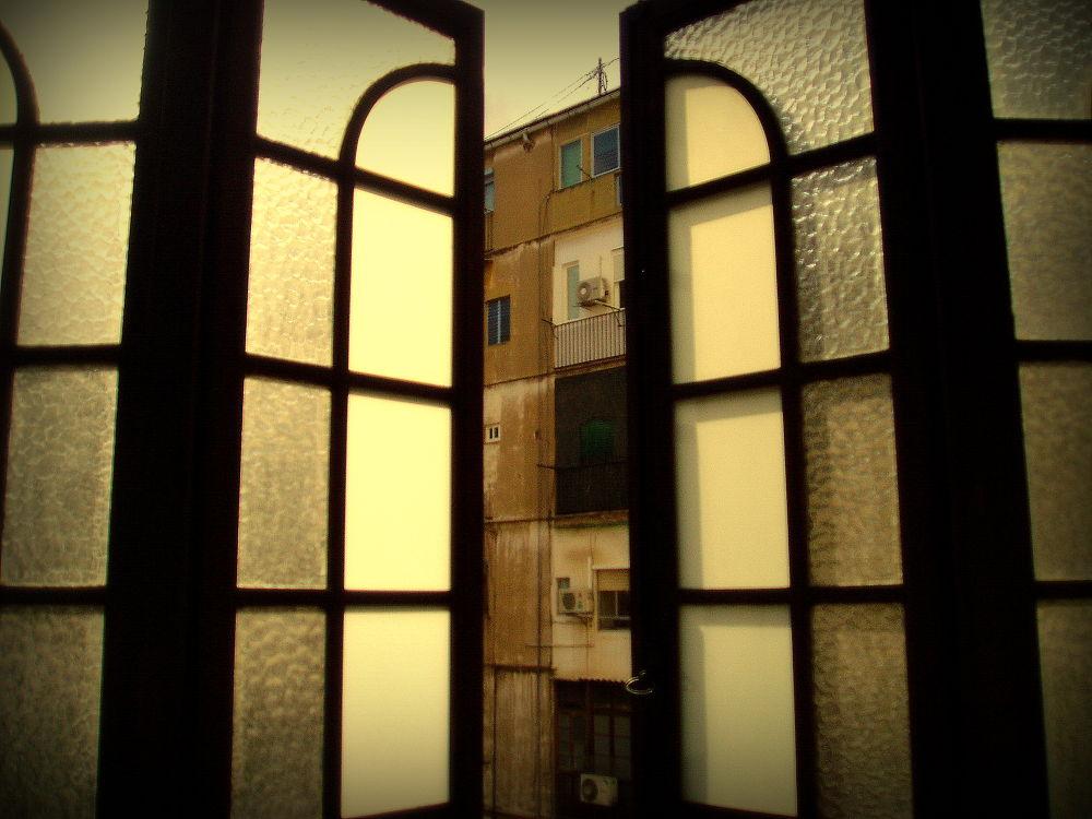 ventana entreabierta (color) by javiercolominalopez