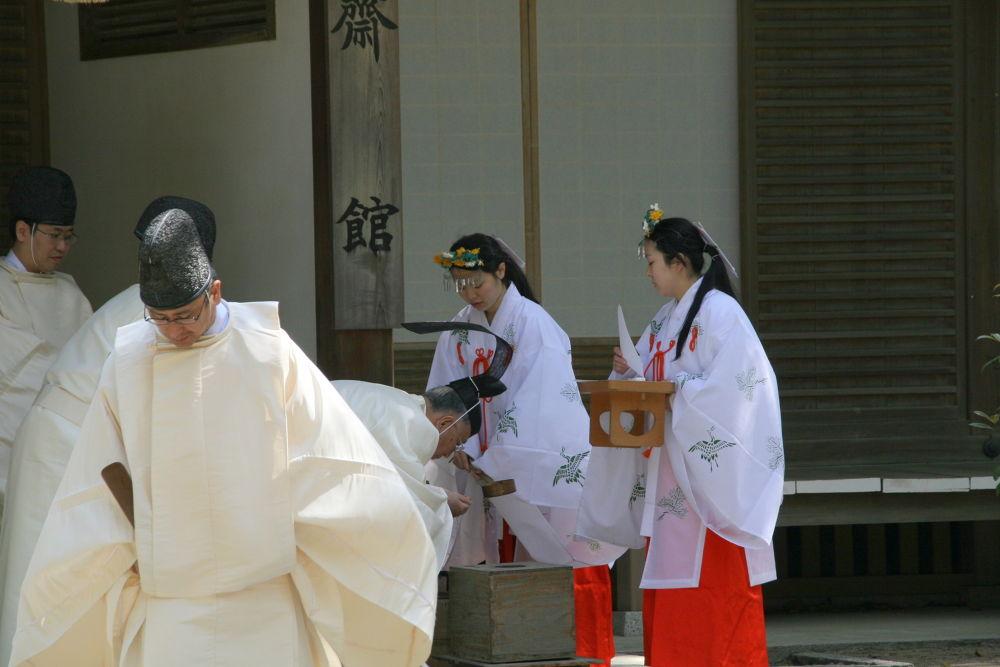 Japanese shrine ritual by Manabu