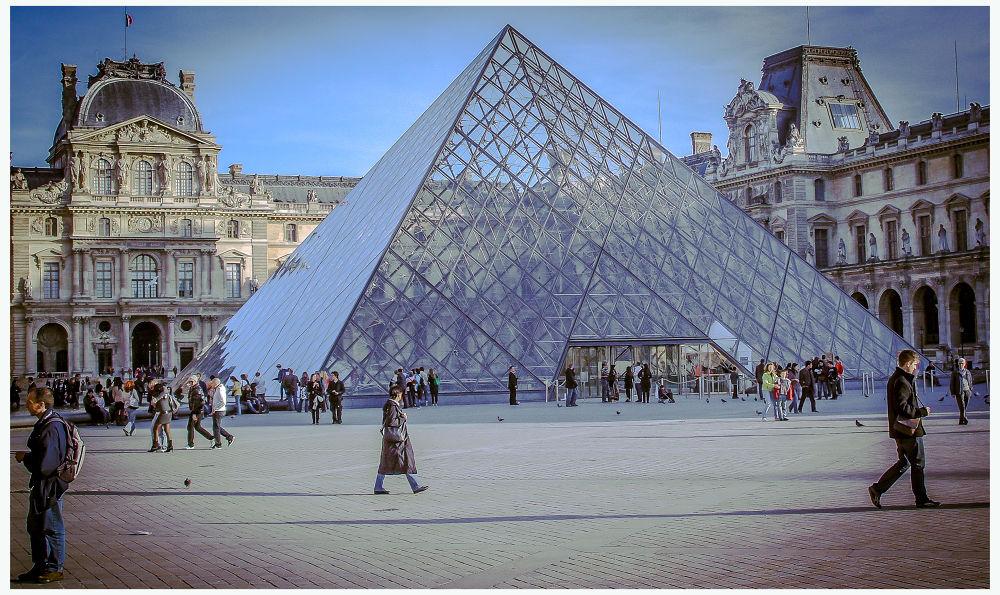 Louvre - Paris by Leo