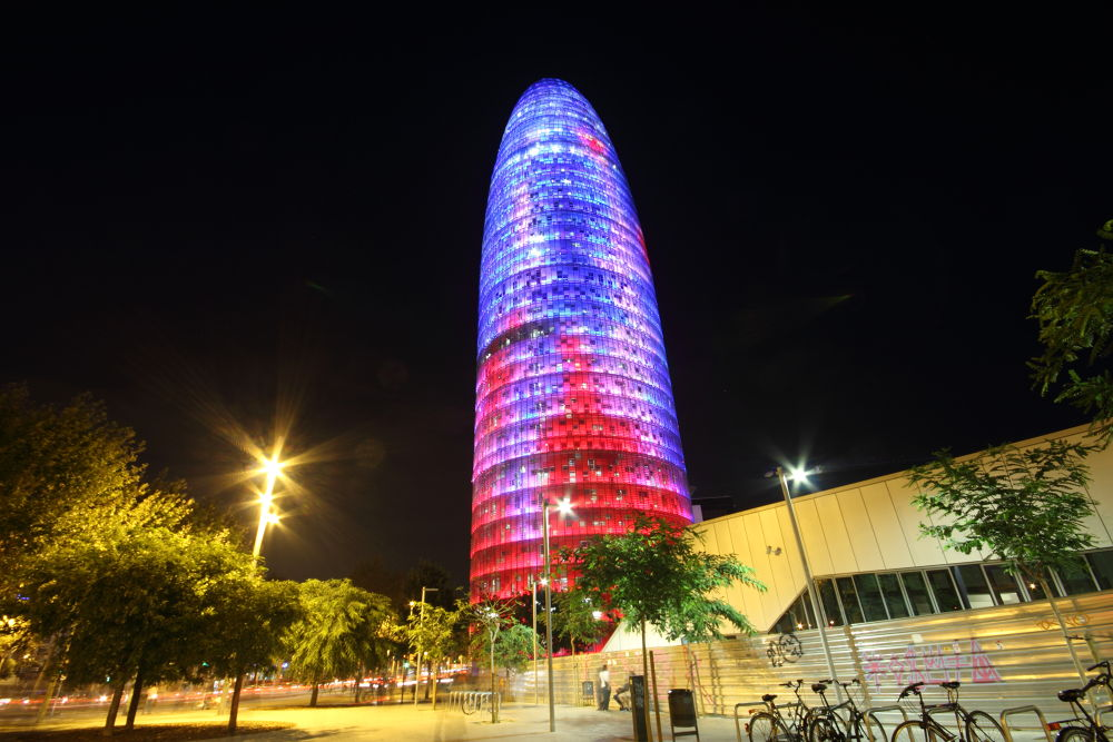 Torre Agbar at night. by horslip