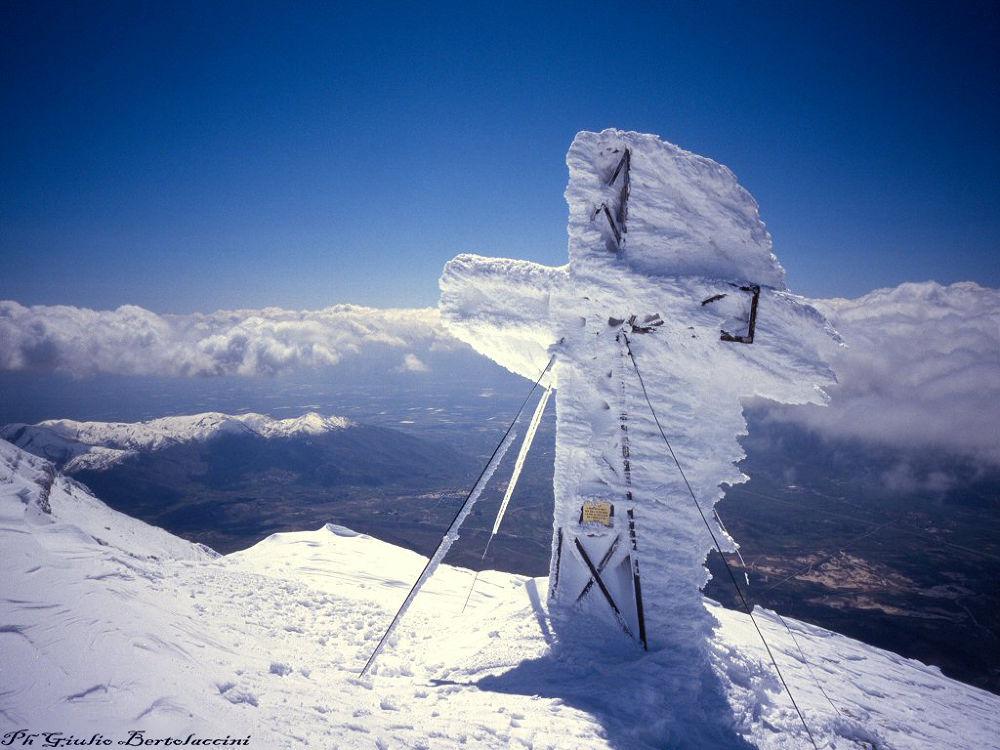 croce gelata sul monte Velino 1 by giulio bertolaccini
