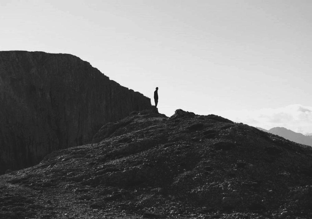 Photo in Black and White #effort #mountain #montagna #black #white #solhouette #uomo #boy #man #paesaggio #landscape #feeling #recognition