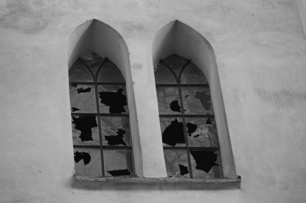Broken windows by Roman Sarlina