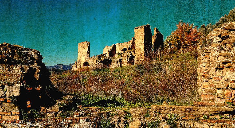 942-013 -Ruderi del Castello di Bruzzano (RC) Italy. by Stefano