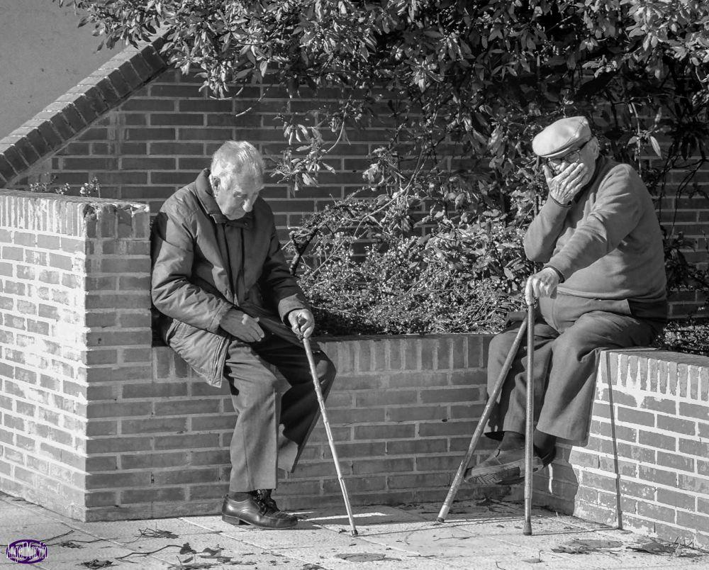 Ancianos sentados al sol by angelserradilla