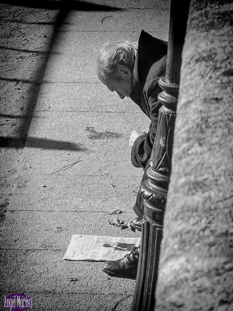 Leyendo el periódico by angelserradilla