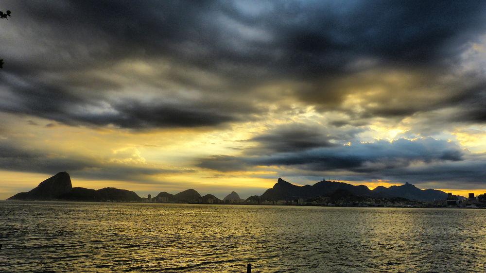 Guanabara Bay - view of Rio de Janeiro from Niterói. by Glauco Rezende