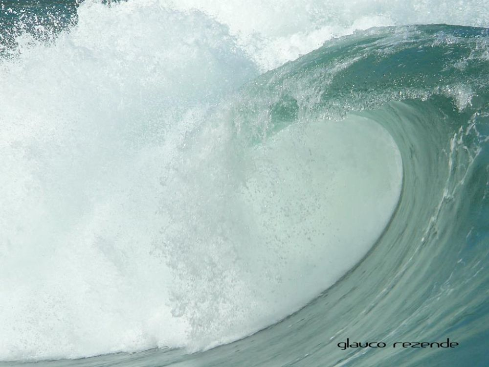Into the wave by Glauco Rezende
