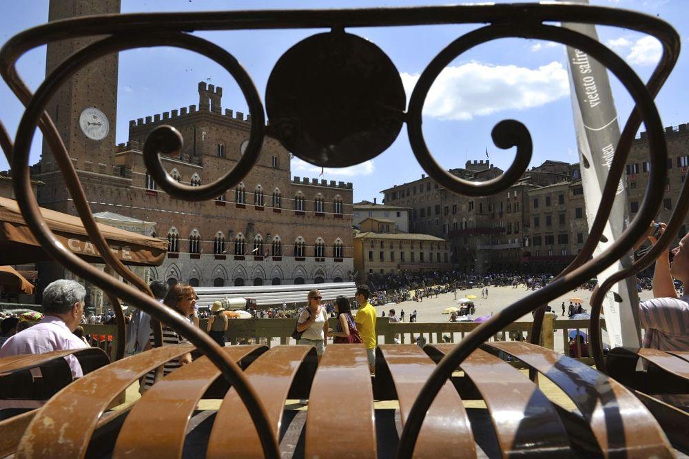 Siena Piazza del Campo il giorno del Palio by Mauro Corbucci