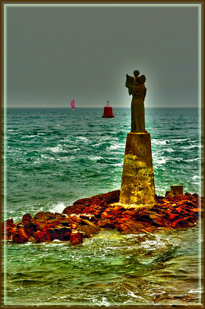 L'entrée du Golfe du Morbihan, pointe de Kerpenhir à Locmariaquer. Statue de N-D de Kerdro. Effets H by photosdan