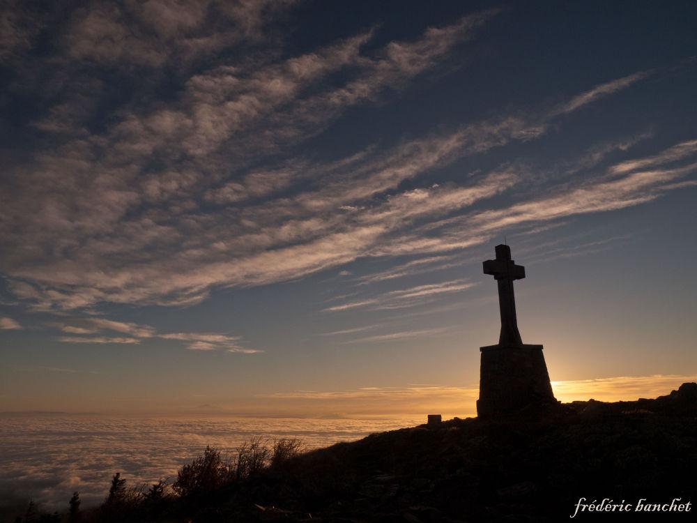 lever du soleil derrière la croix by Frederic Banchet