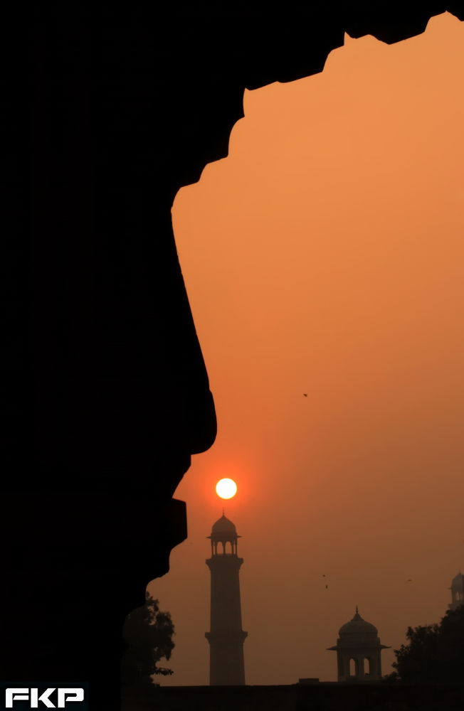 Sun above the minaret of Badshahi mosque by Fakharry