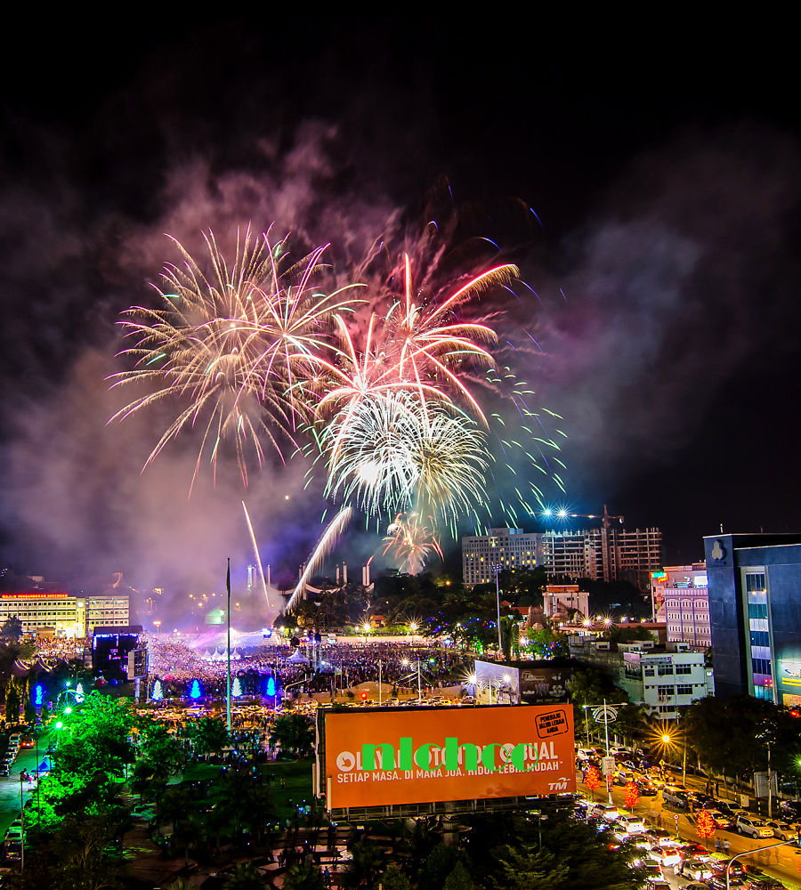 Firework Over Seremban Town On The Arrival Of 2014 by nlchoo