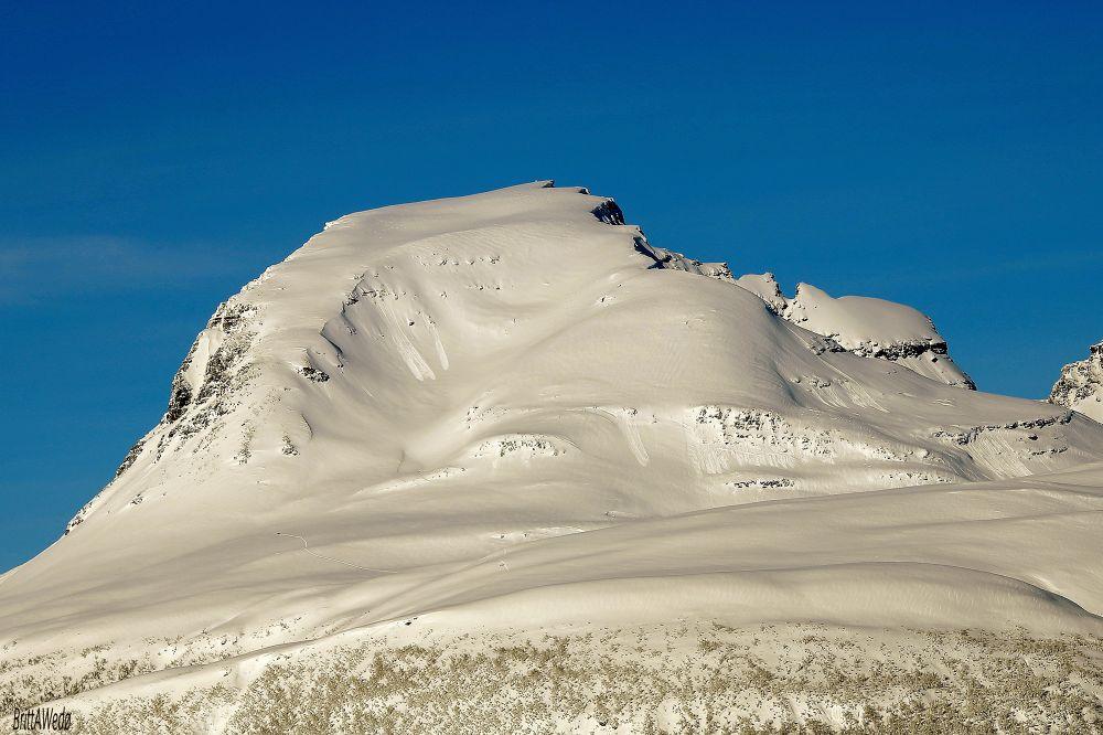 Thre skiers defy the mountain hazards; avalanche by Britt Wedø