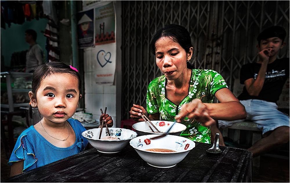 VIETNAM- NIÑA y MADRE comiendo by cosmedigital
