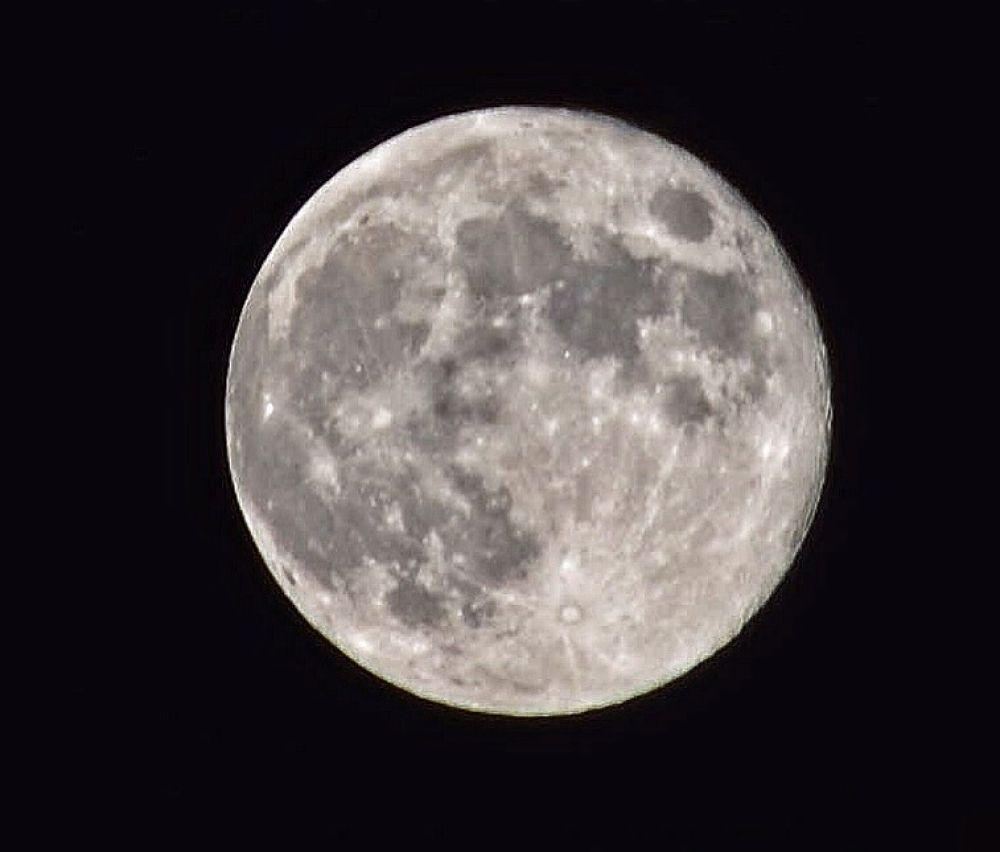 Moon by boricua_ms