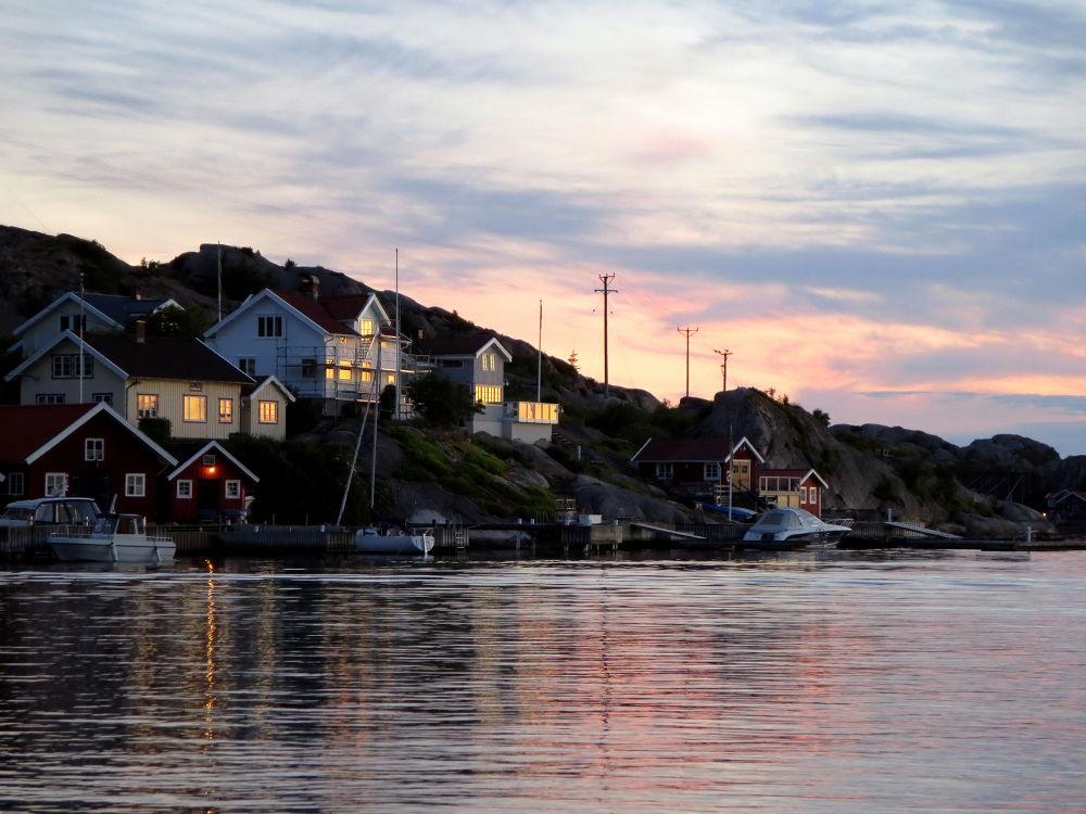 Tjörnekalv, just outside Tjorn Island.  by piafyren