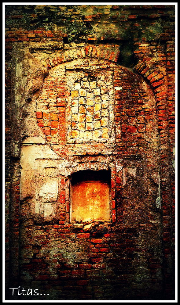 A heritage wall... by Titas Banerjee