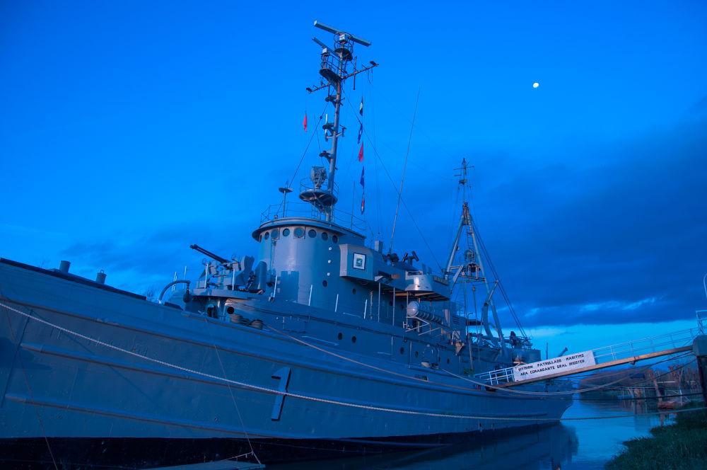 Old warship by Claudio Portela