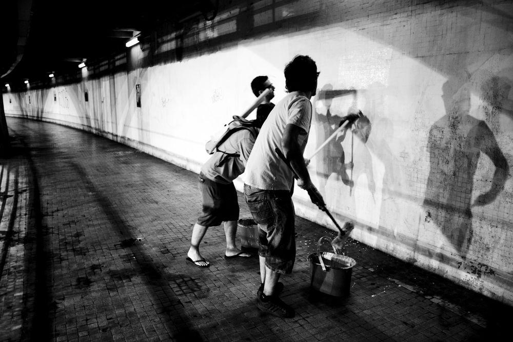 Photo in Black and White #galeria callejera #arte en la calle #arte callejeto #fotos en la calle #arte improvisado #exposicion en la calle #tunel gran via #valencia artistas