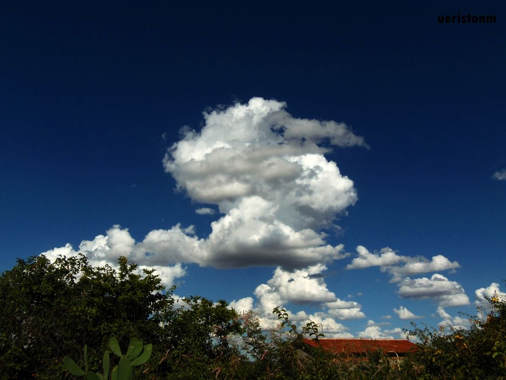 white cloud in a blue sky by Ueriston Machado