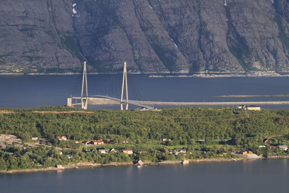 tur på reinesakselen (the helgelands bridge) by vidar mathisen