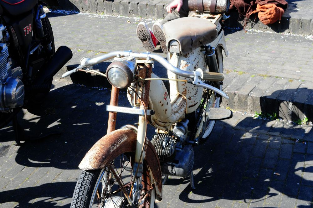 old bike, no idea what  by Pozofolio