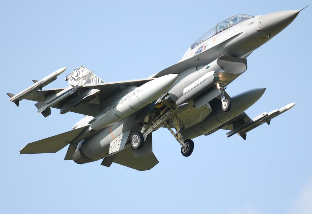F-16 Fighting Falcon on approach to Kleine Brogel  by james20