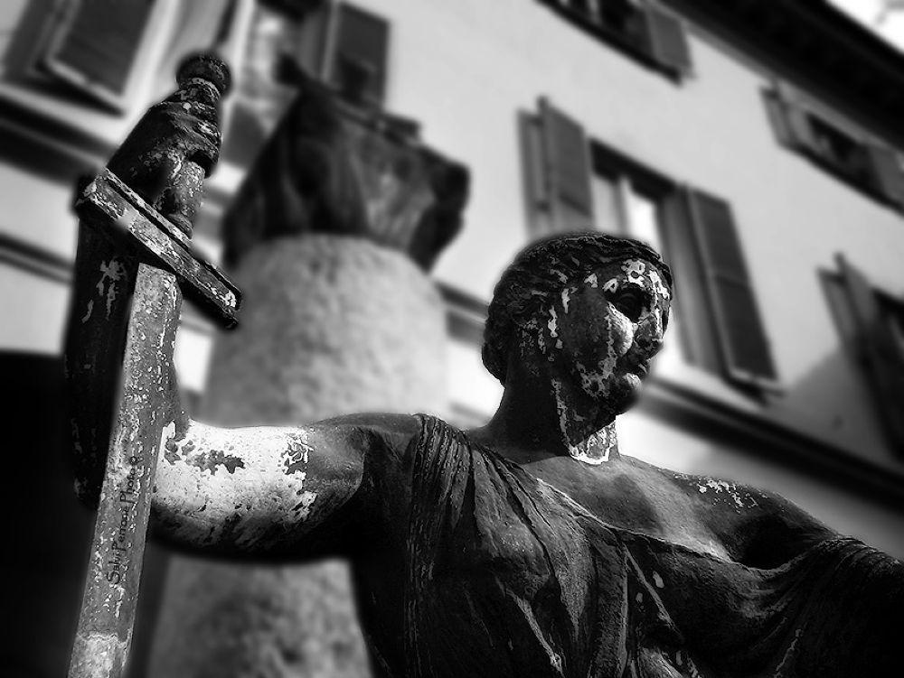 La-spada-della-giustizia-Pavia-31-marzo-2013-photo-di-Salvi-Perrone.jpg by SalviPerrone