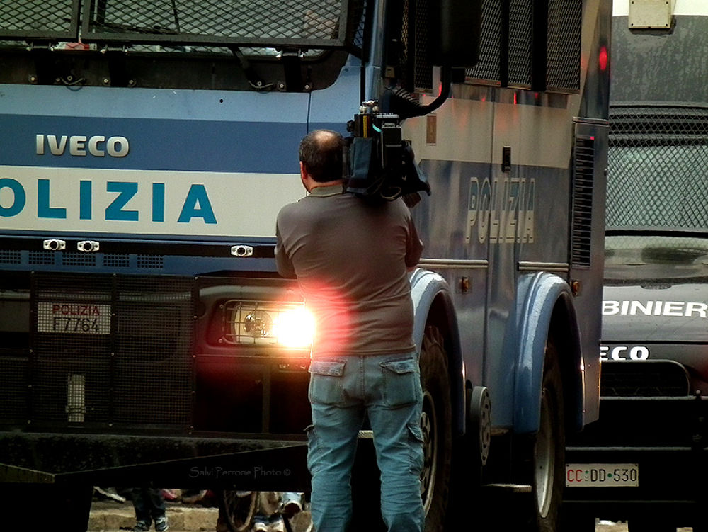 Primo-Maggio-2013--Milano-Cameramen-davanti-camion-forza-dell'ordine-photo-di-Salvi-Perrone.jpg by SalviPerrone