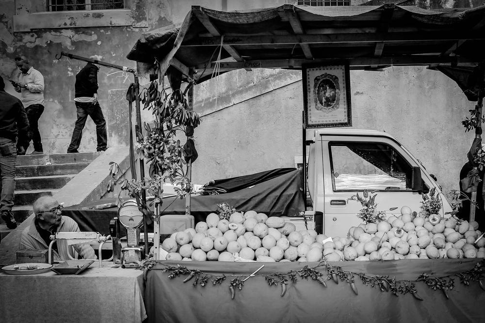 Il venditore di piretti per la festa di san Giorgio, Modica. by Stefania Tirella