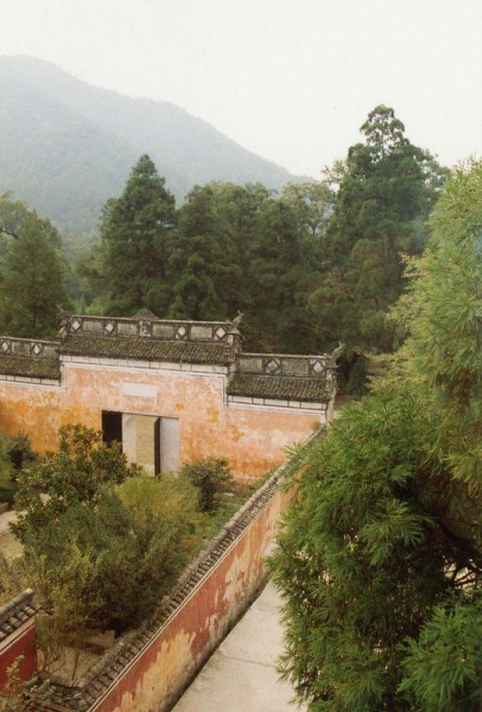 China_Zhejiang_Hangzhou_Tianmoshan_Mountain_1993-101 by Arie Boevé