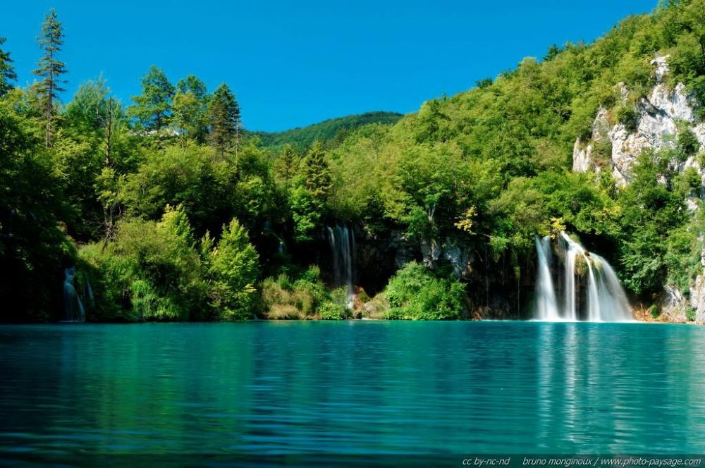 normal_Plitvice_-_A_waterfall_in_the_lower_lakes by igormuzic